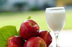 czerwone jabłka i mleko w kieliszku