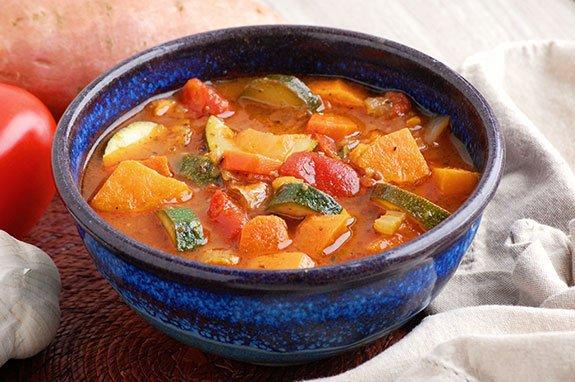 dietetyczna zupa warzywna w miseczce