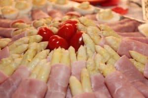 szparagi z szynką i pomidorami