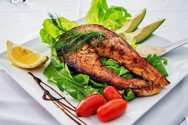 łosoś pieczony i warzywa na talerzu