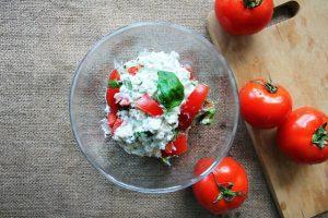 biały ser z pomidorami