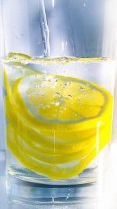 woda z plasterkami cytryny