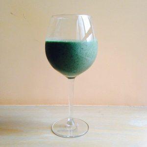 zielony koktajl w kieliszku