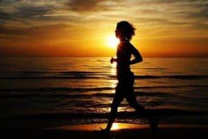 kobieta biega nad morzem