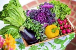 warzywa w pudełku na stole
