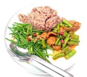 zdrowe, dietetyczne danie z brązowym ryżem i warzywami