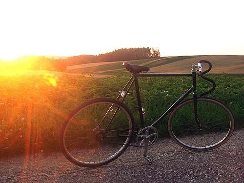 rower na tle zachodzącego słońca