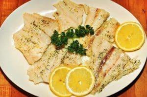 Ryba z plasterkami cytryny na talerzu