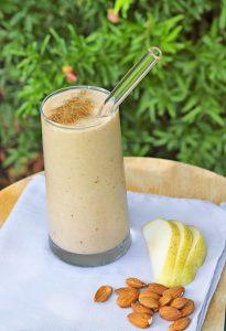 koktajl mleczny, migdały i pokrojone jabłko