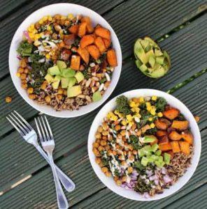 sałatki warzywne na talerzach