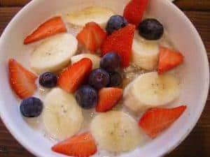 owsianka z bananami, jagodami i truskawkami