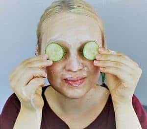 kobieta robi okład z ogórków na oczy