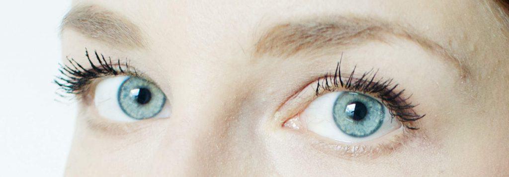 kobieta o niebieskich oczach