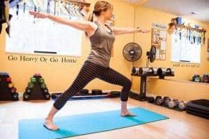 kobieta ćwiczy jogę