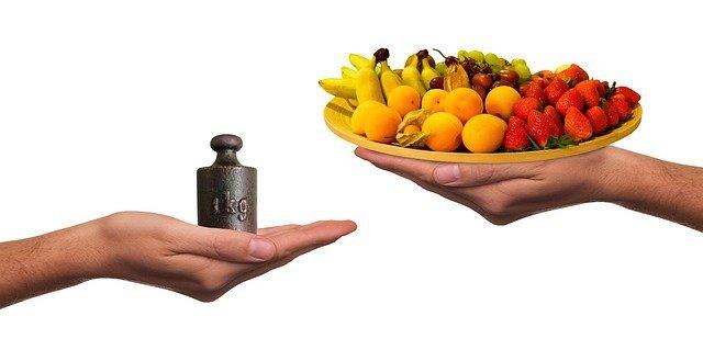ciężarek i talerz z owocami