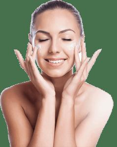 kobieta smaruje twarz kremem