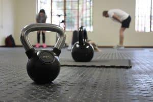 hantle na podłodze siłowni