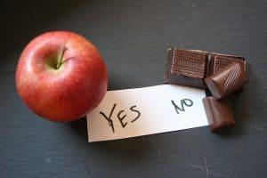 jabłko i kostki czekolady