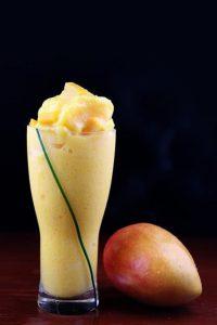 koktajl z mango i owoc mango