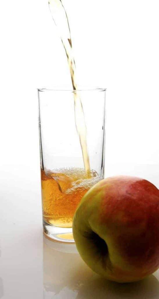 jabłko i ocet jabłkowy w szklance