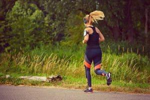 kobieta uprawia jogging
