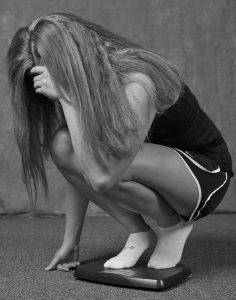 kobieta kuca na wadze