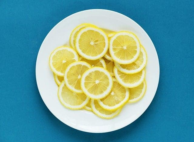 plasterki cytryny na talerzu