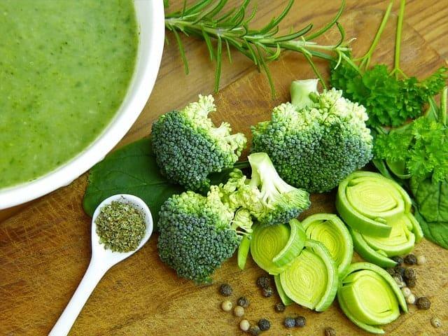 zupa, brokuły i pory na stole