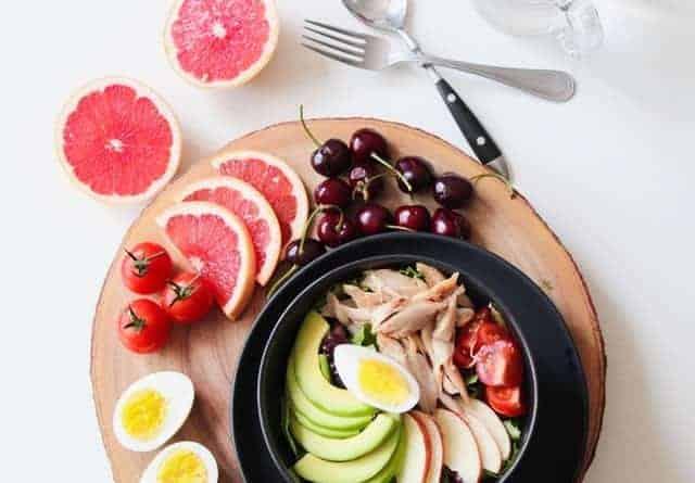 sałatka warzywna z rybą i jajkami i owoce