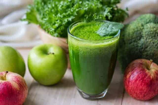 warzywny, zielony koktajl w szklance i jabłka