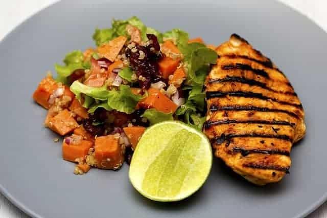 pierś kurczaka z grilla z warzywami, niskokaloryczny obiad