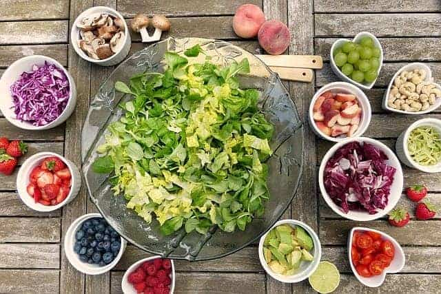 sałatka warzywna i owoce w miseczkach