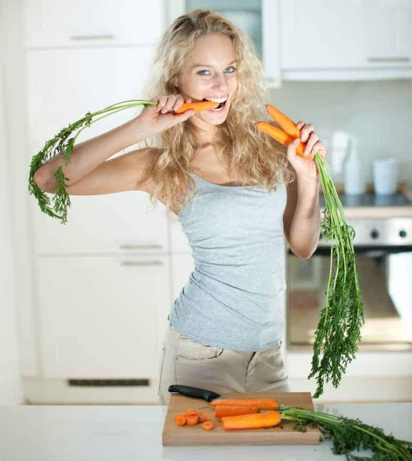 kobieta je marchewkę