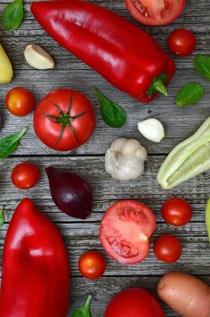 kolorowe warzywa na stole