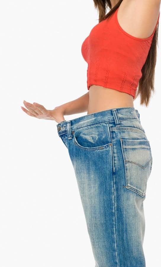 kobieta w za dużych spodniach