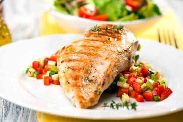ryba z grilla z warzywami na talerzu