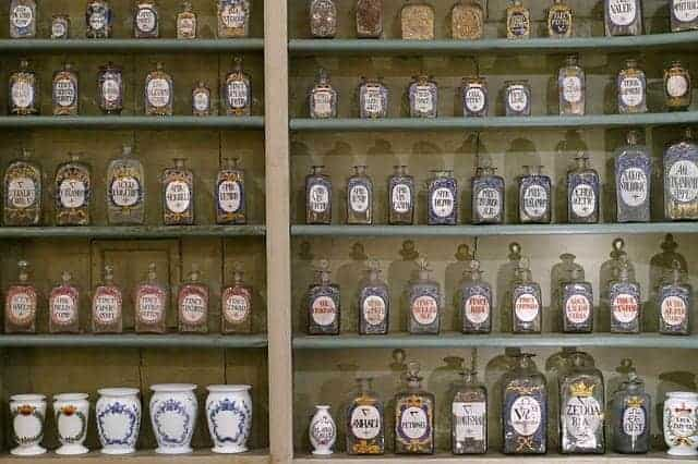 zioła w butelkach na półce w aptece