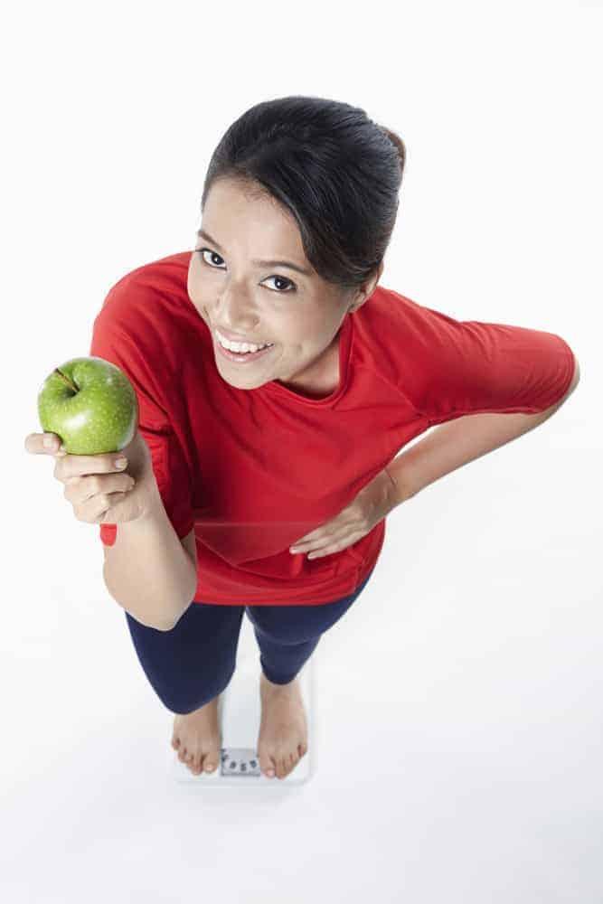 kobieta trzyma w ręku jabłko
