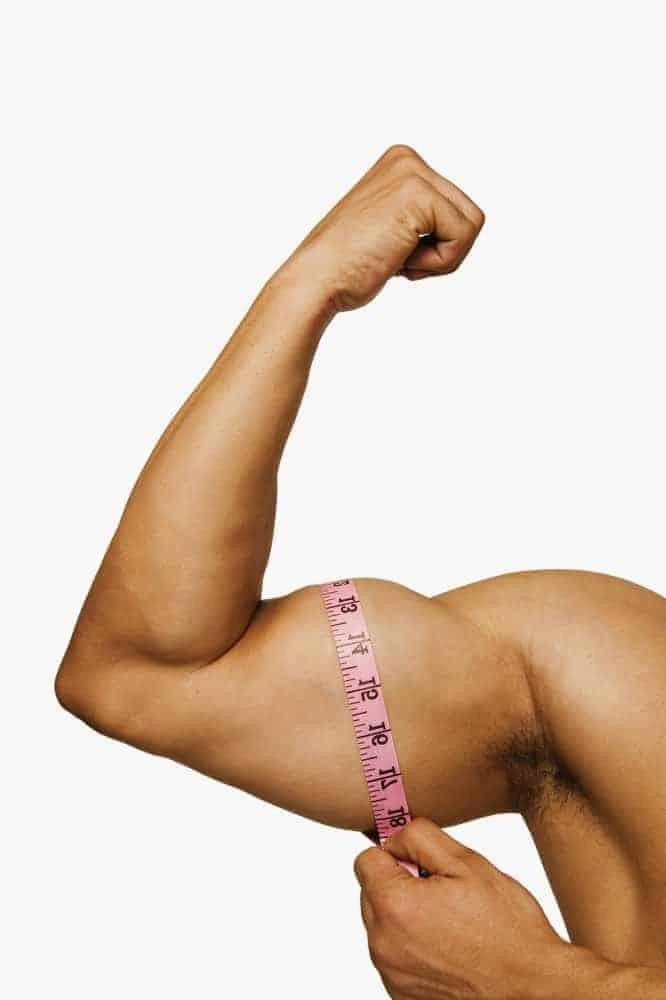 mężczyzna mierzy swój biceps