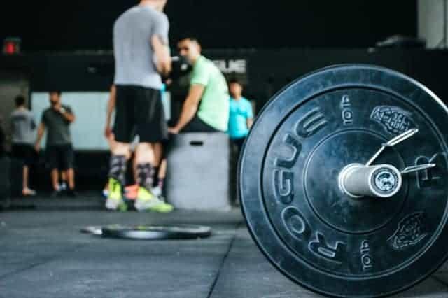 sztanga na podłodze w siłowni