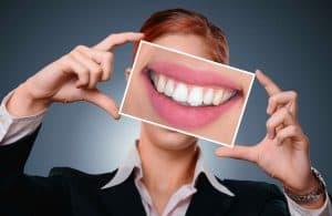 kobieta pokazuje zdjęcie zębów