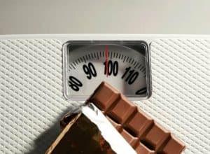 czekolada leżąca na wadze