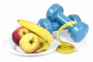 owoce, miarka i hantle do ćwiczeń