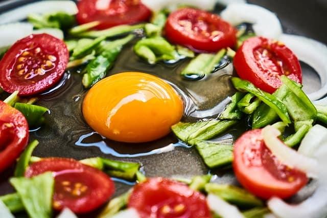 zdrowa dieta, jajko i warzywa