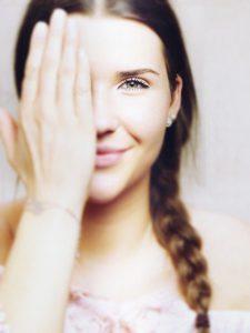 dziewczyna zakrywająca oko, wzrok, widzenie