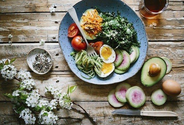 dieta dla mózgu, zdrowy posiłek, jajko, awokado, szpinak