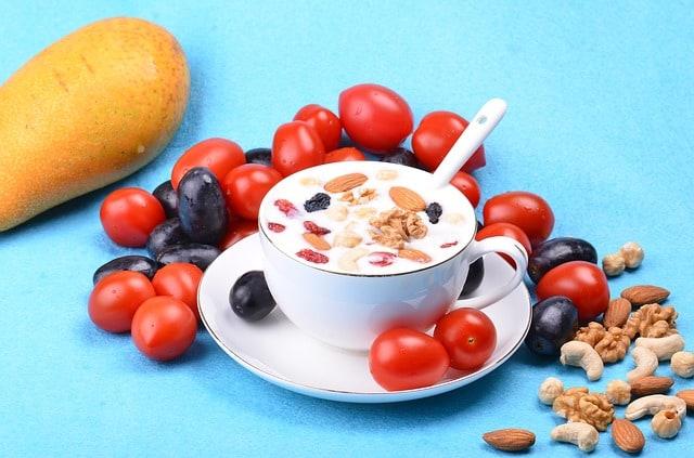salaterka z jogurtem, migdałami i orzechami