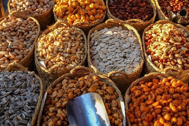 kosze z rożnymi rodzajami ziaren i orzechów