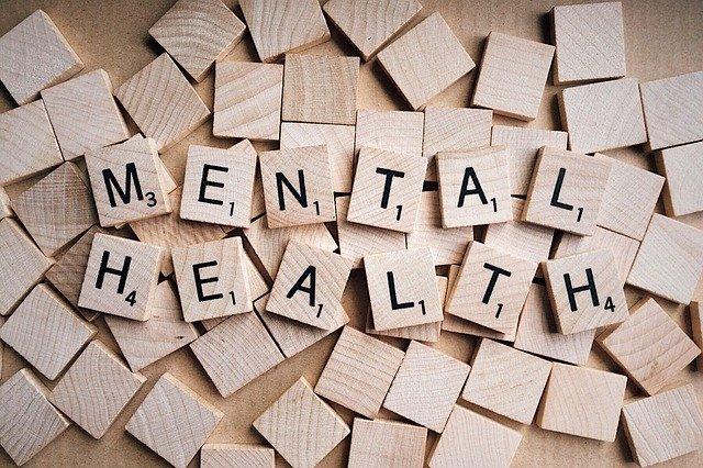 napis Mental Health ułożony z klocków scrabble