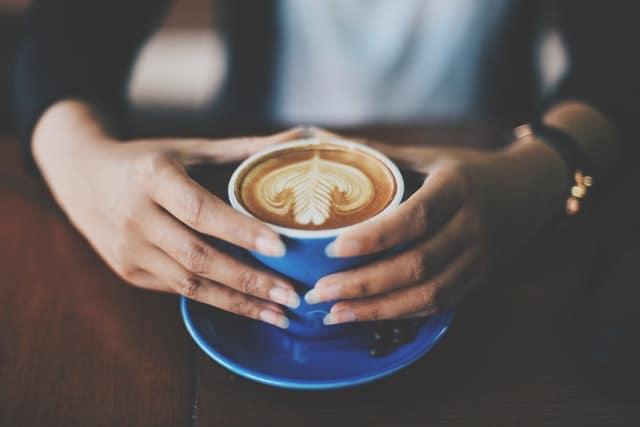 filiżanka kawy trzymana w dłoniach